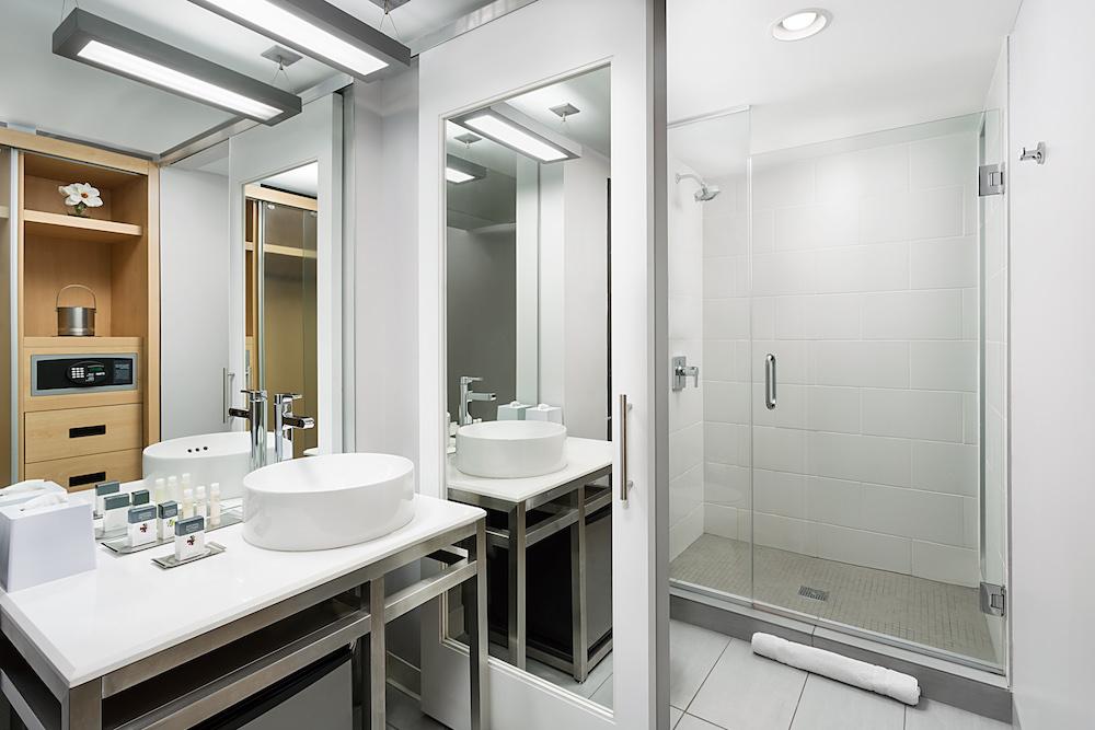 Gates-Guestroom-Bath.